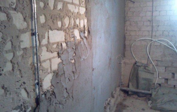 Процесс оштукатуривания стены
