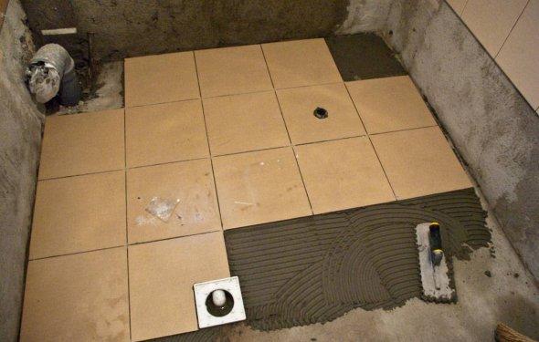 Чем выровнять пол в ванной под