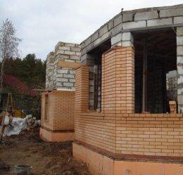 Вони і будуть елементами з'єднання стін внутрішньої стіни з кладкою облицювальної цегли.  Зараз продаються і гнучкі зв'язку ...