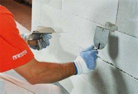 Перед тим, як приступити до оздоблювальних робіт, заповніть вм'ятини і відколи на поверхні кладки розчином для кладки блоків AEROC.