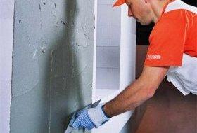За допомогою металевого напівтертка нанесіть на стіну рівним шаром нижній шар штукатурки.
